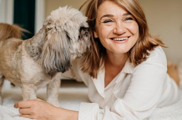Senior woman détente avec son chien