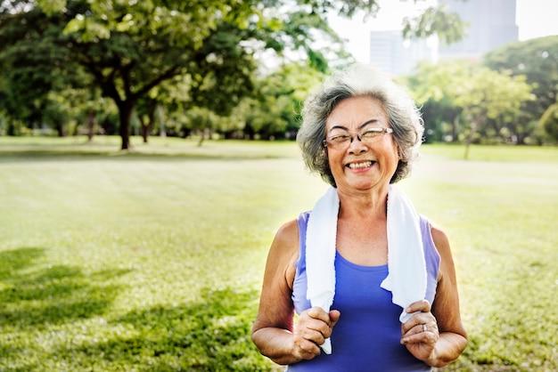 Senior woman exercise park à l'extérieur concept