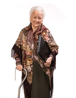 Senior woman in beau châle avec ordinateur portable sur fond blanc