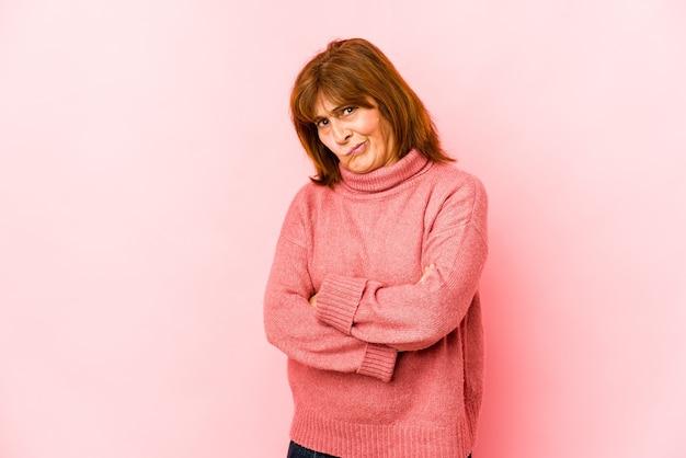 Senior woman isolé visage fronçant de mécontentement, garde les bras croisés