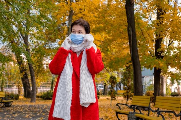 Senior woman avec masque médical de protection