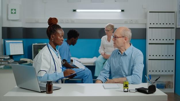 Senior woman recevant des conseils médicaux d'un homme infirmier