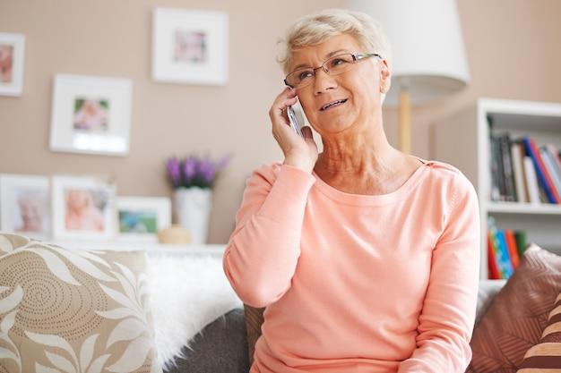 Senior woman se déplaçant avec le temps de la technologie