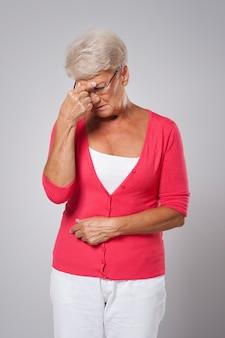 Senior woman souffrant de forts maux de tête