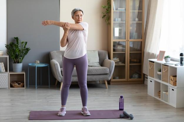 Senior woman training à la maison