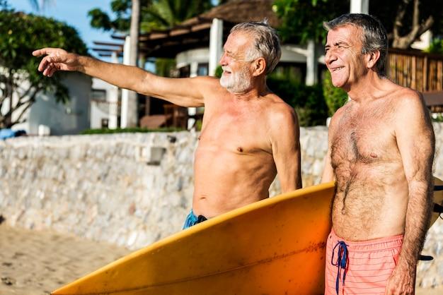 Seniors amis sur la plage