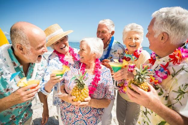 Seniors buvant des cocktails
