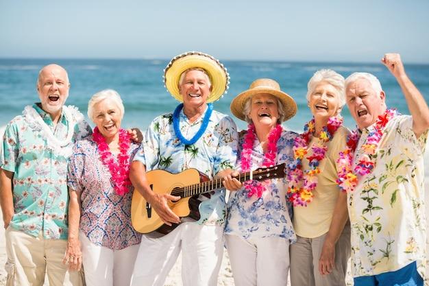 Seniors chantant et jouant de la guitare