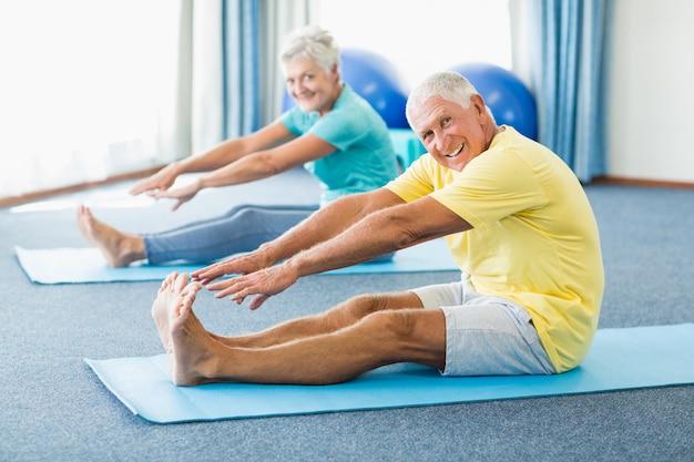 Seniors étirant les jambes