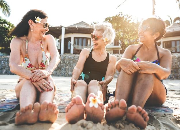 Seniors femmes amies sur la plage