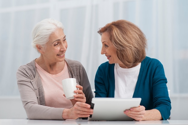 Seniors femmes souriantes