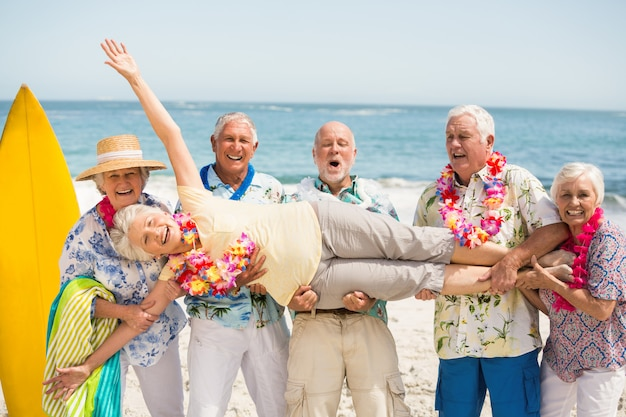 Seniors portant une femme senior