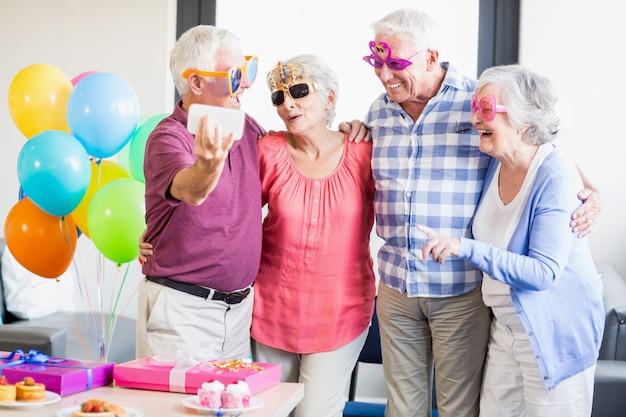 Seniors prenant un selfie