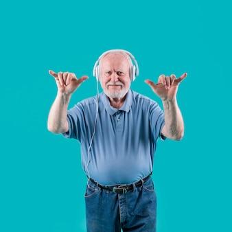 Seniro appréciant la musique et la danse