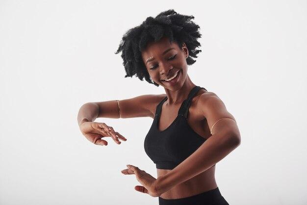 Sens le rythme. belle jeune femme afro-américaine