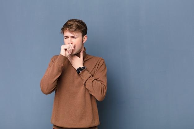 Sensation de mal de gorge et symptômes de la grippe, toux avec la bouche couverte