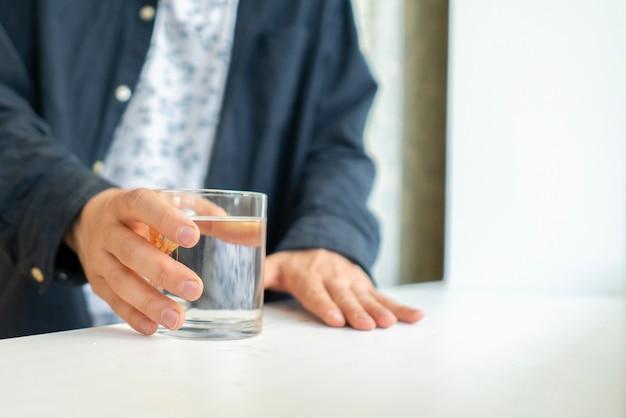 Une sensation de soif au petit matin part des personnes prenant un verre d'eau de la table