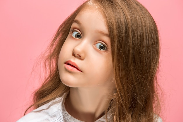 Sensationnel. beau portrait avant féminin isolé sur rose. jeune adolescente surprise émotionnelle