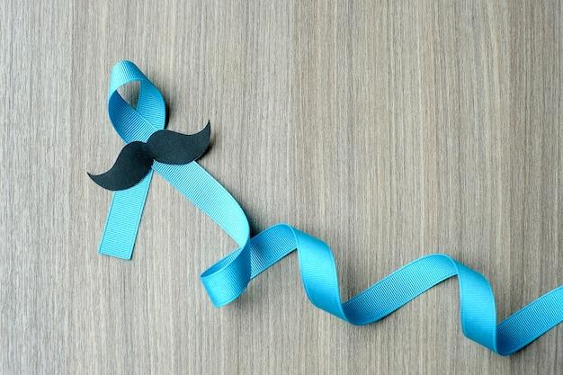 Sensibilisation au cancer de la prostate, ruban bleu clair avec moustache