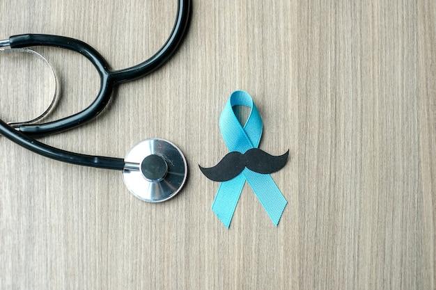 Sensibilisation au cancer de la prostate, ruban bleu clair avec stéthoscope