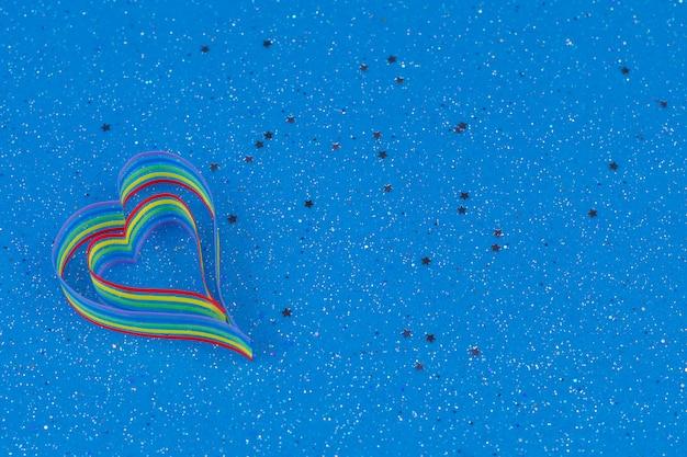 Sensibilisation au ruban arc-en-ciel pour la communauté lgbt en forme de cœur