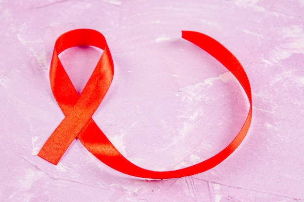 Sensibilisation au ruban rouge pour le concept de la journée mondiale du sida.