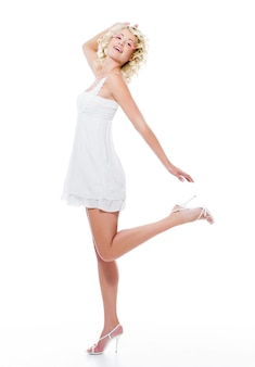 Sensualité expressive belle femme avec des jambes minces posant