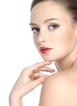 Sensualité jeune femme avec une peau propre et rouge à lèvres rouge vif sur les lèvres