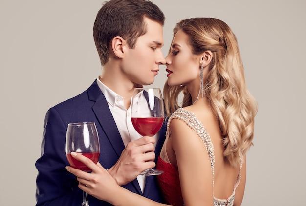 Sensuelle beau jeune couple habillé dans formels