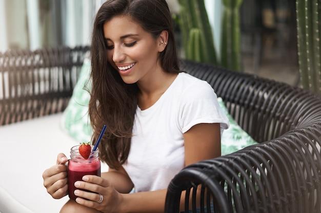 Sensuelle charmante femme élégante européenne bronzée en t-shirt blanc