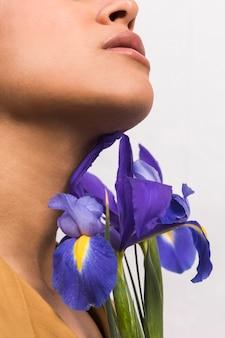 Sensuelle femme pure avec des fleurs