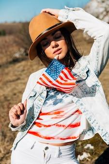 Sensuelle jeune femme avec drapeau usa