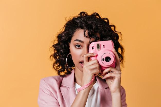 Sensuelle jeune femme à prendre des photos