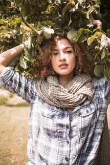 Sensuelle jeune fille sous un arbre