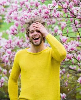 Sentez-vous rafraîchi homme de pâques heureux près de l'odeur de sakura arbre en fleurs profitez d'une allergie au beau temps