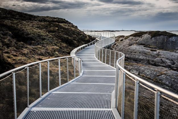 Sentier artificiel à l'information touristique sur atlantic road