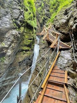 Sentier en bois comme pont sur la cascade en cascade