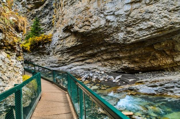 Sentier dans le canyon johnston dans le parc national banff albertacanada