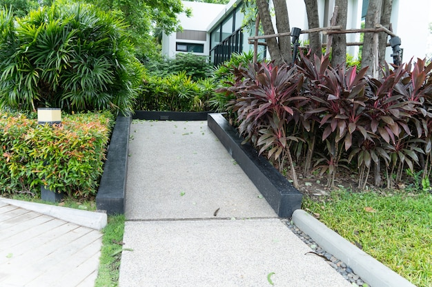 Sentier d'entrée du bâtiment avec rampe pour les personnes âgées ou celles qui ne peuvent pas s'aider elles-mêmes en fauteuil roulant pour personnes handicapées