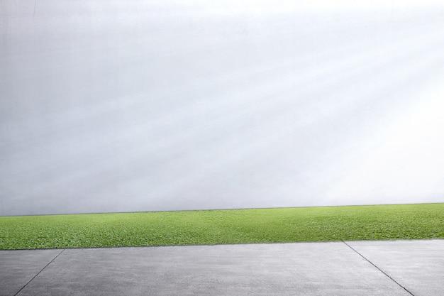 Sentier avec de l'herbe verte