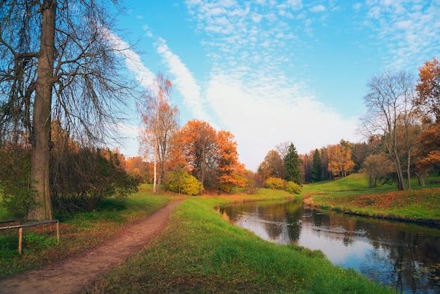 Le sentier longeant la rivière slavyanka dans le parc de pavlovsk.