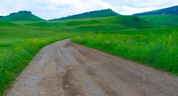 Sentier de montagne d'été pour les voitures