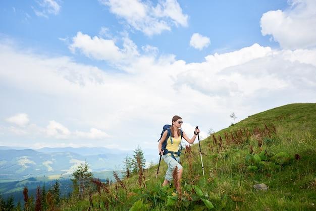 Sentier de montagne de randonnée touristique jolie femme