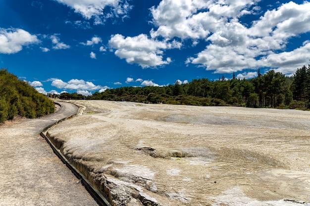 Sentier pédestre dans le parc thermal de wai-o-tapu à rotorua, nouvelle-zélande