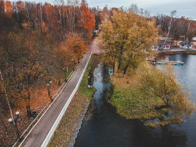 Sentier pédestre vue aérienne le long du lac, forêt d'automne coloré. saint-pétersbourg, russie.