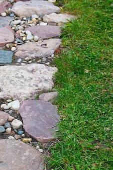 Sentier en pierre pour la randonnée dans le jardin