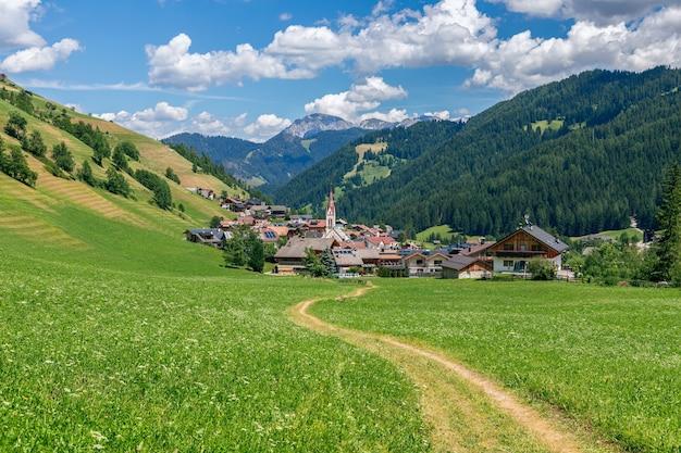 Sentier pittoresque menant à une belle petite ville alpine longiaru