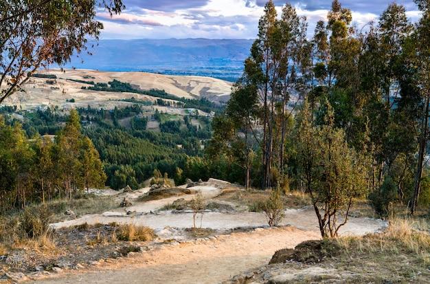 Sentier de randonnée dans les andes près de huancayo au pérou