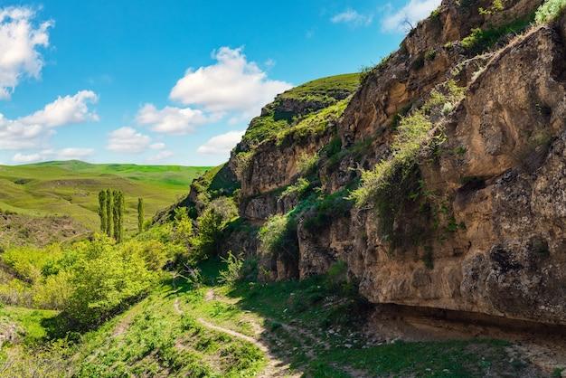 Sentier de randonnée dans un canyon de montagne