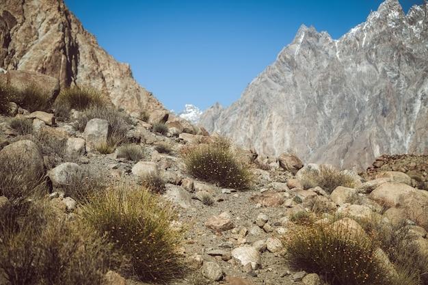 Sentier de randonnée dans la région sauvage entourée de montagnes, pakistan.